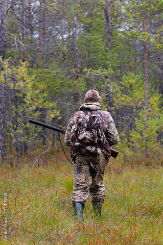 Photo sur Toile Chasse hunter shooting on the forest edge