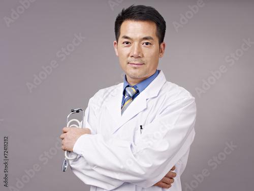 Photo  studio portrait of an asian doctor