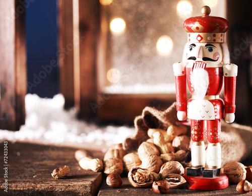 Fotografía  Nutcracker and Nuts on Wooden Table
