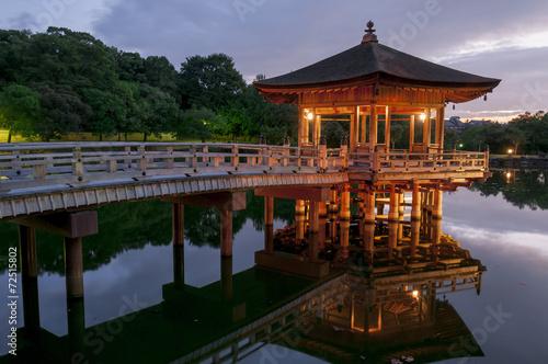 pawilon-ukimido-i-odbicia-w-jeziorze-nara-japonia