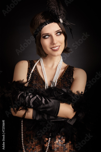 Poster  Beautiful retro woman from the roaring 20s ready to party
