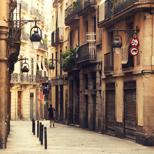 Photo  Street in gothic quarter in Barcelona.