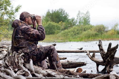 Foto op Canvas Jacht man with binoculars in the hunt