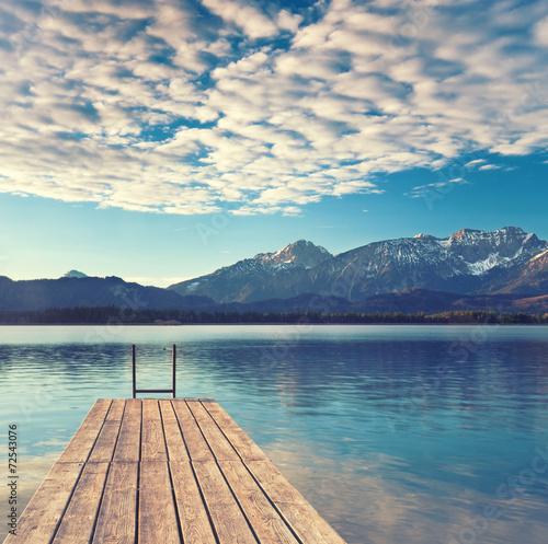 obraz lub plakat Bootssteg am See w Alpennähe