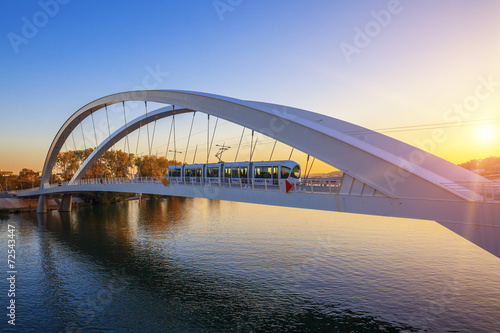 Poster de jardin Ponts Tramway on the bridge at sunset