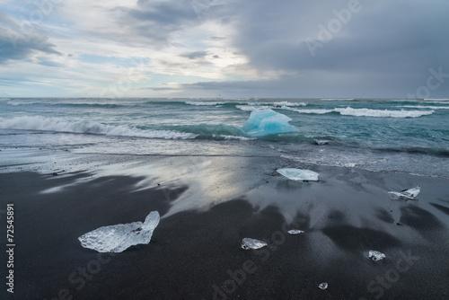 gory-lodowa-na-czarnej-piaska-jokulsarlon-plazy-iceland