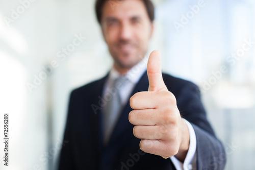 Fotomural  El hombre de negocios dando pulgar hacia arriba