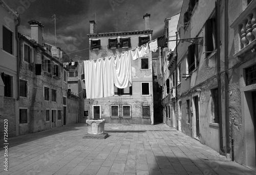 Fototapeta Zabytkowa kamienica w czerni i bieli Wenecja,Włochy. obraz