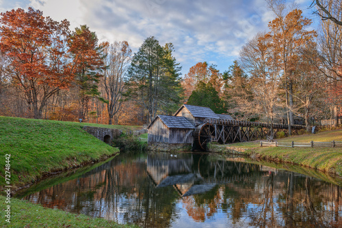 In de dag Molens Mabry Mill, a restored gristmill on the Blue Ridge Parkway in Vi