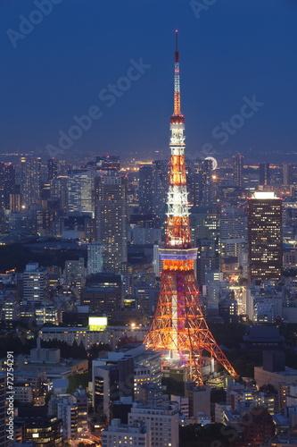 widok-tokio-miasto-i-tokio-wierza-w-wieczor