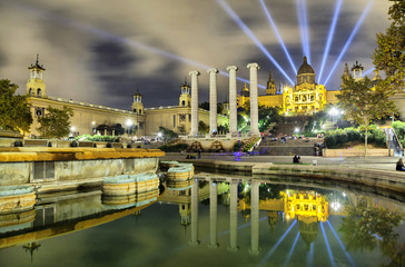 Obraz na Szkle Barcelona Building of Museum of Catalonia reflecting in water of fontain
