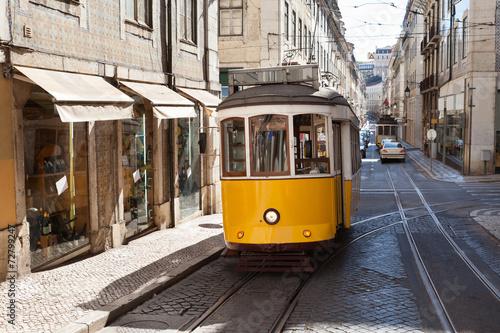 klasyczny-zolty-portugalski-tramwaj-poruszajacy-sie-po-ulicy