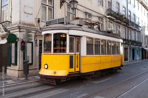 tradycyjny-tramwaj-na-ulicy-portugalia