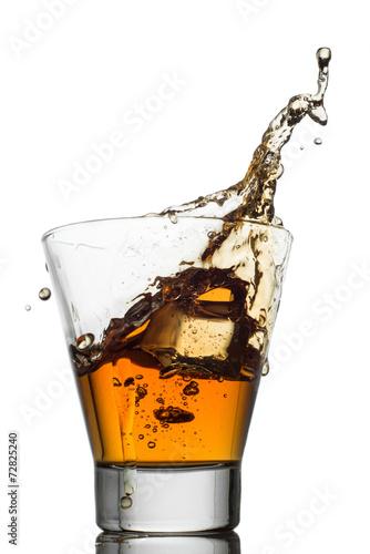 odosobneni-strzaly-whisky-z-plusnieciem-na-biel