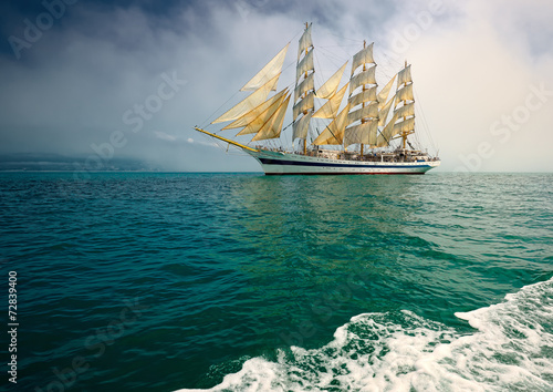 Obrazy na płótnie Canvas Beautiful sailing ship in the fog
