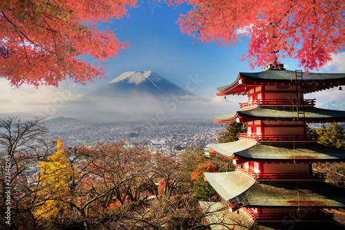 Montage in der Fensternische Kyoto Mt. Fuji with fall colors in Japan.
