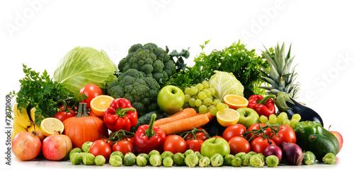 asortowani-surowi-organicznie-warzywa-odizolowywajacy-na-bielu