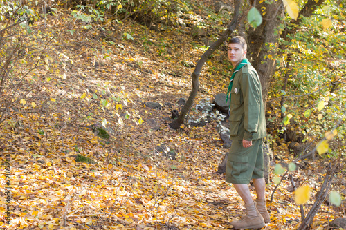 Fotografía  Scout or ranger walking through woodland