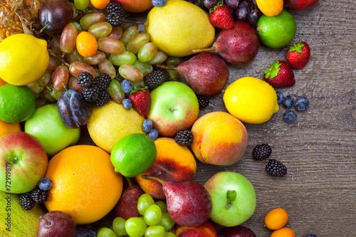 mieszanka-kolorowe-owoc-z-woda-opuszcza-na-drewnianym-tle