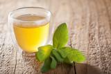 Filiżanka z herbatą i liście herbaty