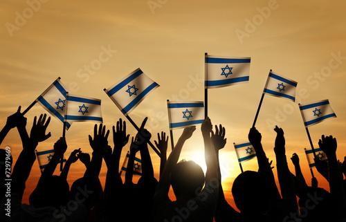 sylwetki-ludzi-macha-flaga-izraela