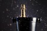 Zamknięta butelka szampana w wiaderku