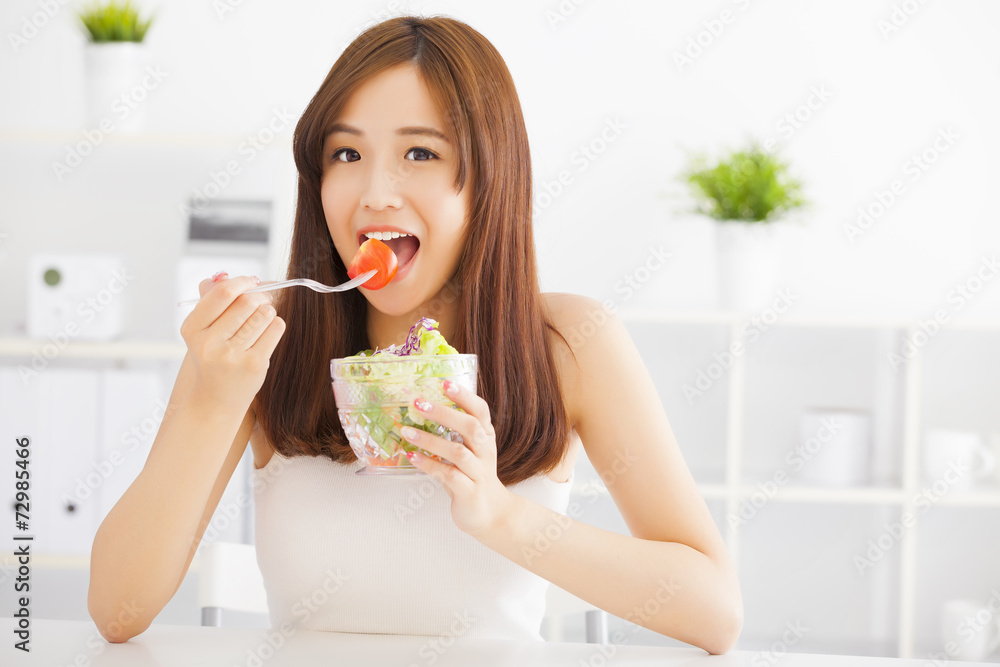Fotografia beautiful asian young woman eating healthy food - Kup na