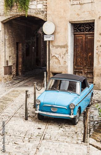 niebieski-retro-vintage-wloski-samochod
