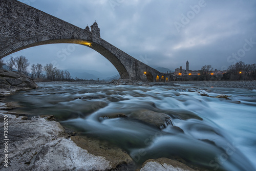 Photo The old town of Bobbio and the bridge Gobbo by night, Italy