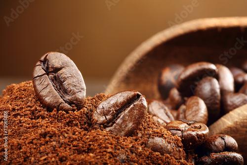 Deurstickers Koffiebonen Coffee beans macro on a brown background