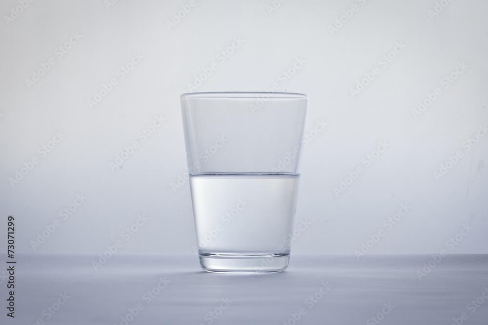 Fototapeta wasserglas halbvoll