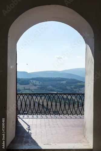 widok-z-tarasu-na-wloskie-wzgorza-i-wzniesienia-camerino-marche-wlochy