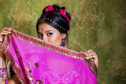 fototapeta na lodówkę Młoda piękna kobieta w czerwonej sukni indian