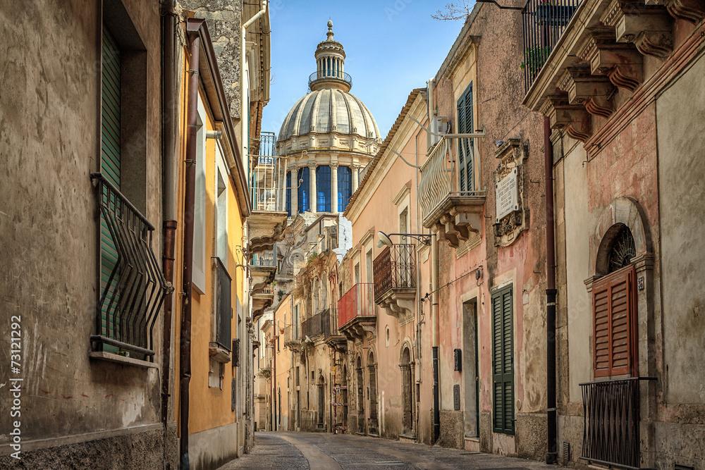 Wąska sceniczna ulica w Ragusa, Sicily, Włochy <span>plik: #73121292 | autor: christophe</span>