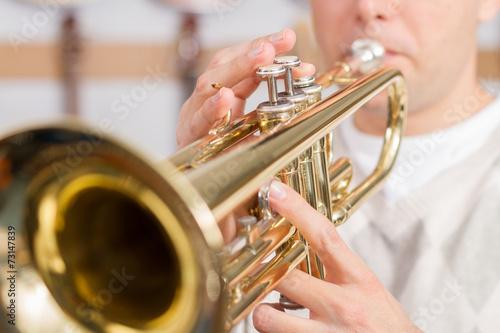 Fotografia Muzyk grający na trąbce