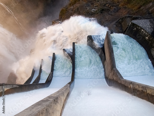 Photo sur Aluminium Barrage Dam of Contra Verzasca, spectacular waterfalls