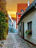 Wąska ulica w starej Rydze, Łotwa - 73163679