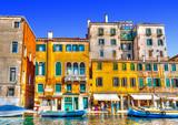 Widok typowy kanał przy Wenecja Włochy. Przetwarzanie HDR - 73176434