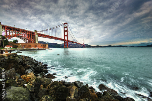 Montage in der Fensternische Bestsellers Golden Gate Bridge after raining