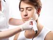 Atrakcyjny mężczyzna w salonie urody,  mezoterapia