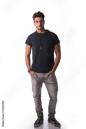 Naklejka premium Pełna postać przystojny młody człowiek stojący pewnie, odizolowane