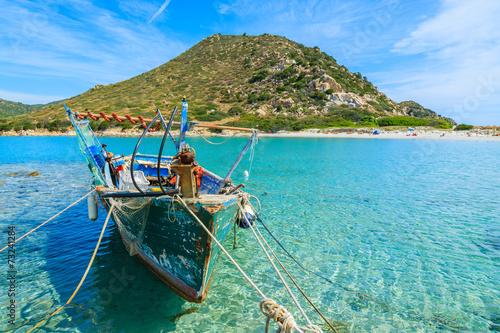 Photo  Fishing boat on sea water at Punta Molentis bay, Sardinia island