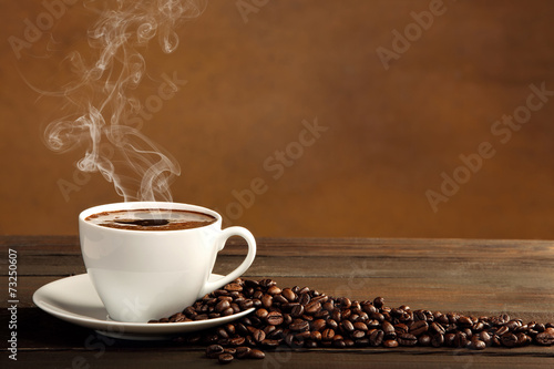 Foto auf AluDibond Kaffee Black coffee in white cup with smoke and coffee beans on brown b