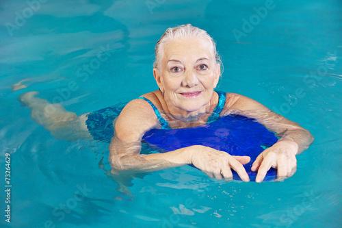 Fotografía  Alte Frau beim Schwimmen mit Schwimmbrett