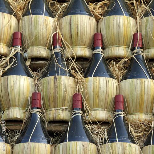 Foto  arranged many chianti wine bottles