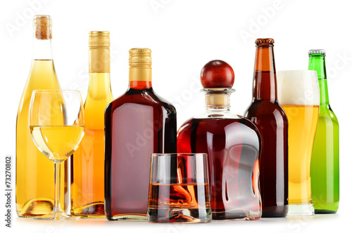 Fotografia  Bottles and glasses of assorted alcoholic beverages over white