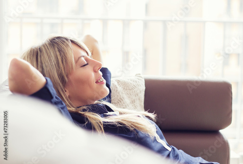 La pose en embrasure Detente Relaxed young woman lying on couch