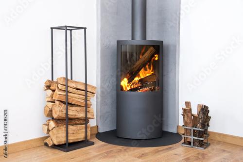 Moderne Brenn Herd neben einem Holzscheite Rack Fototapete