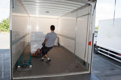 Photo  Déchargement de marchandises avec une palette dans la remorque d'un camion