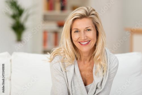 Fotografie, Tablou entspannte ältere frau sitzt auf dem sofa in ihrer wohnung